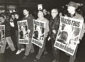 Werner (in der Mitte mit Plakat) auf der Gedenk- demonstration an die Pogromnacht  am 9.11. 1994 in Moabit