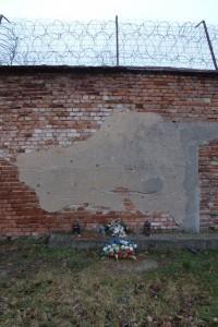 Erschießungsmauer (Ausschnitt) des ehemaligen Lagers und Zuchthauses mit Einschusslöchern.